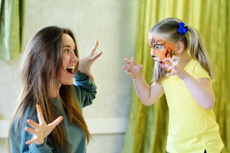 Adorable niña obtener su cara pintada como tigre Foto de archivo - 81019050