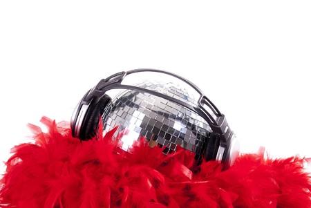 bola de disco brillante con boa rojo
