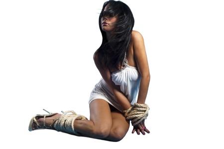 hermosa dama atada con cuerdas sobre blanco