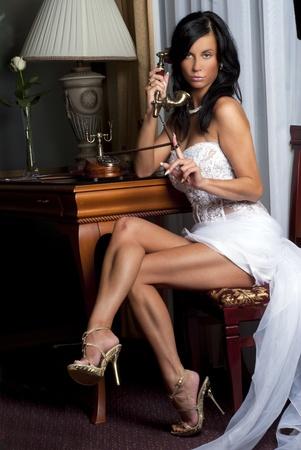 novia de hermoso con tel�fono antiguo