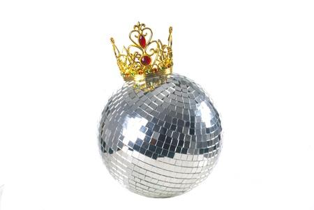 Bola de discoteca brillante con una corona