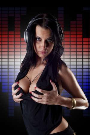 Sexy lady dj sobre ecualizadores
