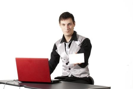 empresario mostrando una tarjeta en blanco