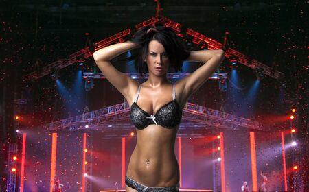 Sexy lady hermosa en el escenario