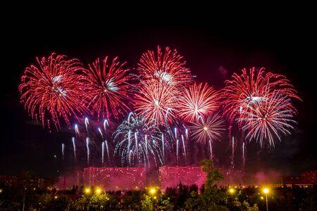 Rood vuurwerk verlicht de lucht