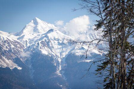 Skigebiet von Russland - Rosa Khutor. Winter Sonniger Tag in den Bergen. Standard-Bild