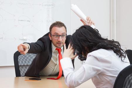 jefe enojado disparar compañera de trabajo, mostrando la puerta con el dedo índice Foto de archivo