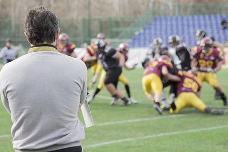 Rugby ball: El entrenador observando partido de fútbol Foto de archivo