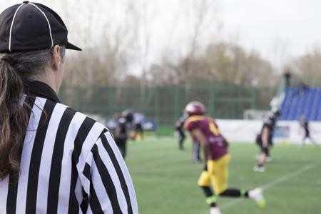 arbitro: �rbitro de f�tbol observando el partido Foto de archivo