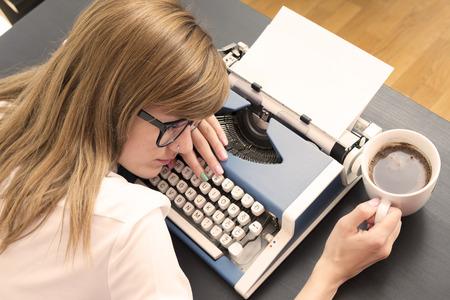 maquina de escribir: Cansado escritor de dormir en la máquina de escribir