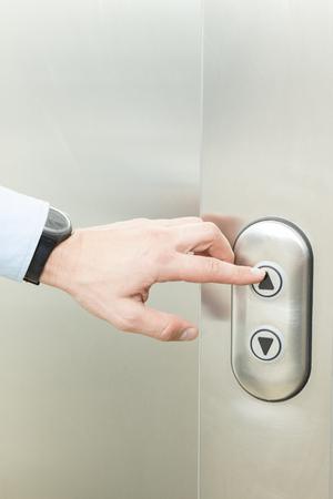 empujando: Empujar el botón de ascensor
