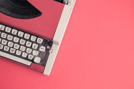 Bovenaanzicht van rode vintage typemachine op tafel. Ruimte voor kopiëren.