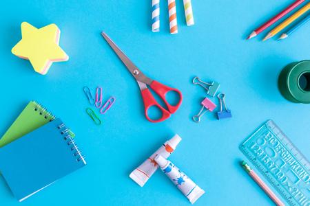 School supplies on blue background minimal creative back to school concept. Foto de archivo - 118588671