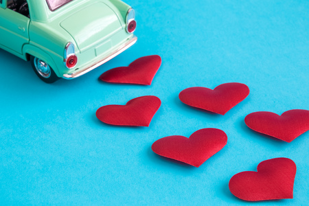 Miniature car with hearts minimal just married creative concept. Foto de archivo - 119040125