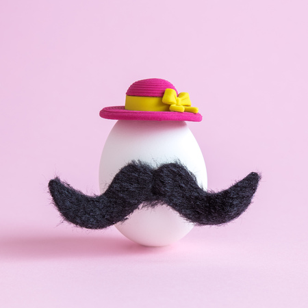 White egg with mustache and sunhat minimal creative easter hipster concept. 版權商用圖片