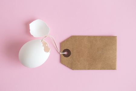 Egg shell with blank price tag minimal easter shopping creative concept. 版權商用圖片