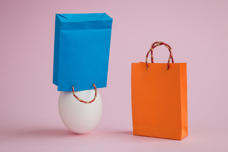 Egg with shopping bags minimal easter creative concept. Foto de archivo - 119040766