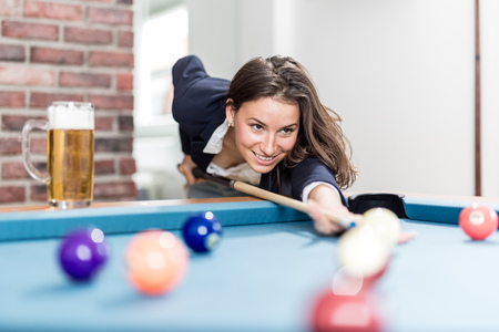 Portrait of pretty young female playing billiards. Foto de archivo - 122337690