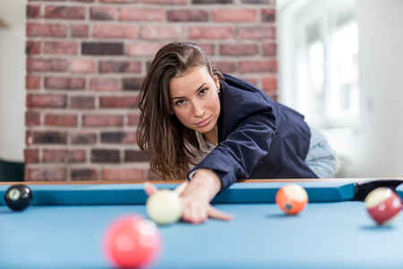 Fashionable modern woman playing pool table billiards game. Foto de archivo - 122337700
