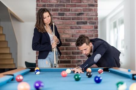 Fashionable couple playing snooker. Foto de archivo - 122337787