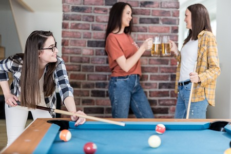 Group of friends enjoying snooker game and drinking beer. Foto de archivo - 122337788