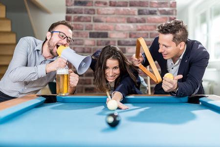 Happy friends enjoying playing snooker game. Foto de archivo - 122812881