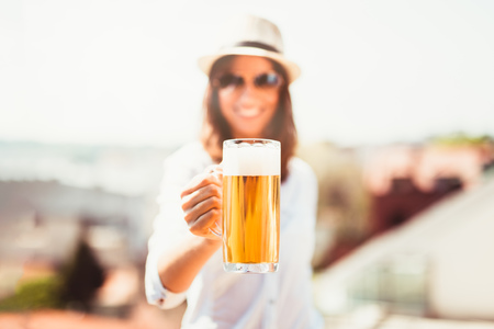 Beautiful young woman drinking beer and enjoying summer day. Foto de archivo - 122812896
