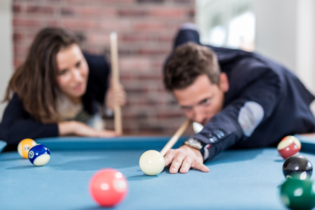 Fashionable couple playing snooker. Foto de archivo - 122813167