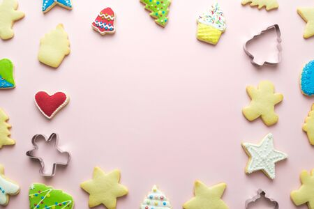 Flat lay christmas cookies pattern on pastel pink background minimal holiday creative concept. Space for copy. Banco de Imagens
