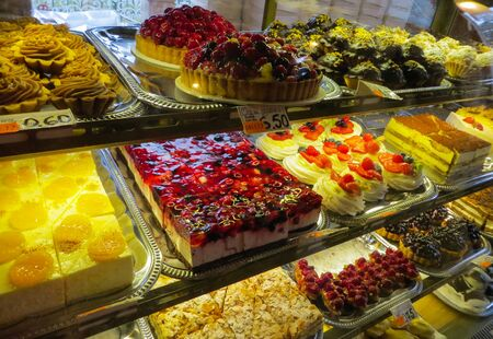 Hermosas tortas frescas en escaparate en el supermercado.