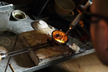 hidrogeno: Joyero de la fusi�n de metales preciosos con quemador de hidr�geno