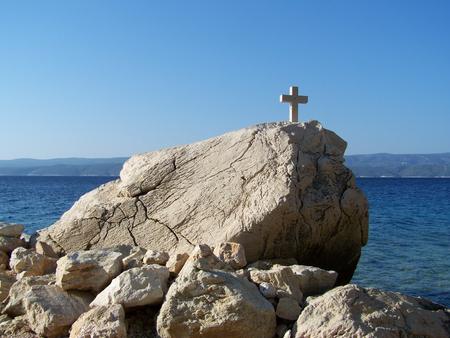 kruzifix: Kruzifix auf dem Felsen über dem Meer