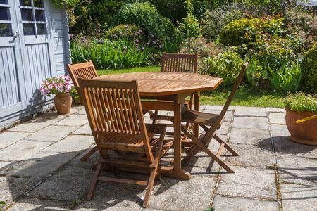 Terrasse et salon de jardin en bois au printemps