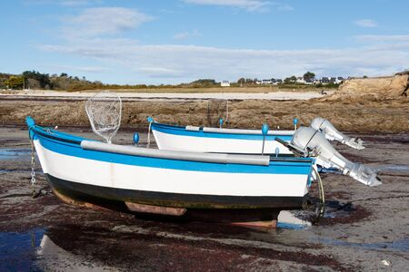 Boats moored in the harbor of Primelin at low tide Imagens