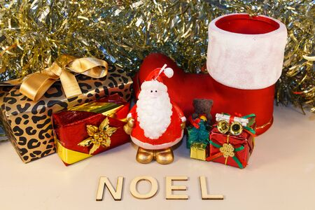 Santa Claus figurine, gifts, boot and the word Christmas in french language Imagens - 132682428