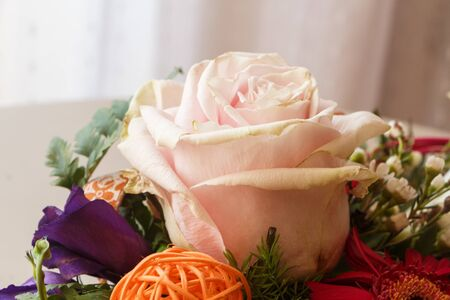 Close-up on a pink rose in a flowers arrangement Imagens