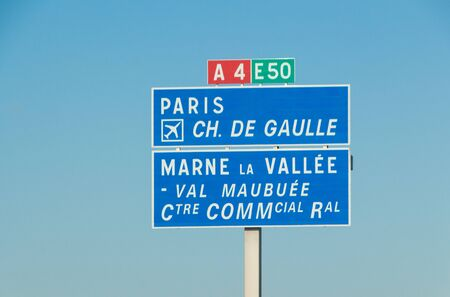 Road sign for Paris, Charles de Gaulle airport and Marne La Vallée on the highway Imagens
