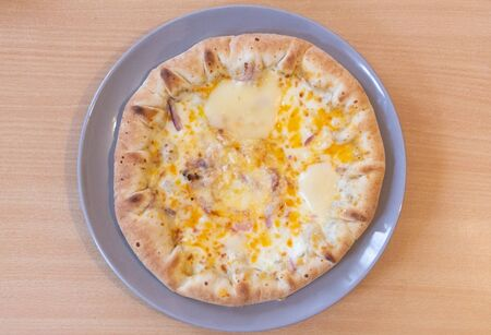 Cheese and onion pizza on a plate view from above Imagens