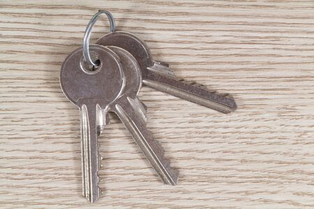 Bunches of three keys on wooden background 版權商用圖片 - 139303597