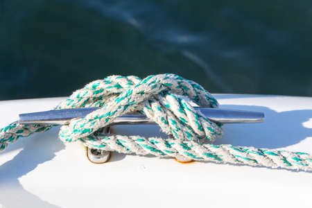 Knot with a rope on a boat's cleat Standard-Bild