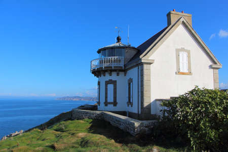 Lighthouse of Millier Point in Beuzec Cap Sizun and the sea of Douarnenez Bay Standard-Bild