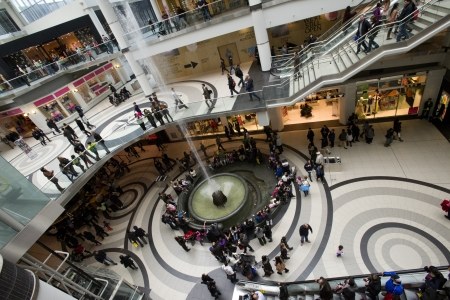 the center of the city: Pueblos en un centro comercial Editorial