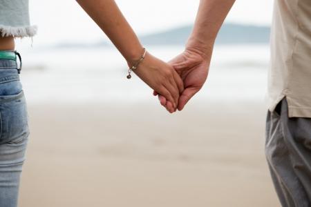 Paar Holding Hands