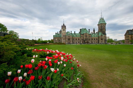 Spring Time On Parliament Hill Ottawa During The Spring Tulip Festival 版權商用圖片 - 28906977