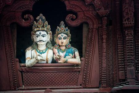 tallado en madera: Woodcarving detalle en el templo en la Plaza Durbar - Katmandu, Nepal