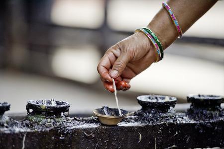 Frau leuchtet Weihrauch Butter Kerzen, Nepal Standard-Bild - 36972550