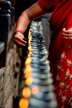 Frau leuchtet Weihrauch Butter Kerzen, Nepal Standard-Bild - 36972551