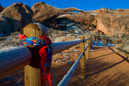 foulards: Sciarpe appese nel Grand Canyon della recinzione Archivio Fotografico