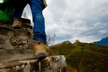 china wall: Mujer senderismo en Gran Muralla en China Foto de archivo
