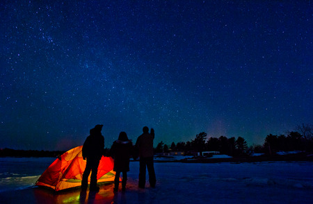 Tent under Northern Lights on a Expedition Imagens - 38574348